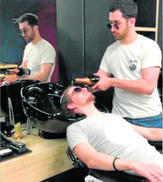 Peluquero ruso lava el pelo de sus clientes con champagne