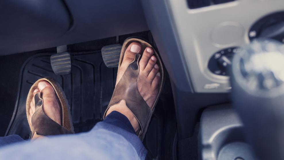 Seguridad vial: por qué es peligroso manejar en ojotas o sandalias