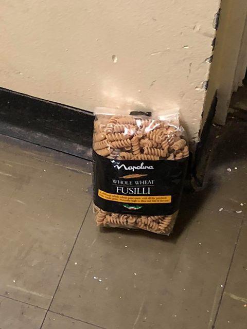 Sorprende a los vecinos entregando paquetes de pasta vencida