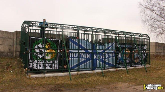 Zoológico humano: hinchas obligados a ver un partido desde dentro de una jaula