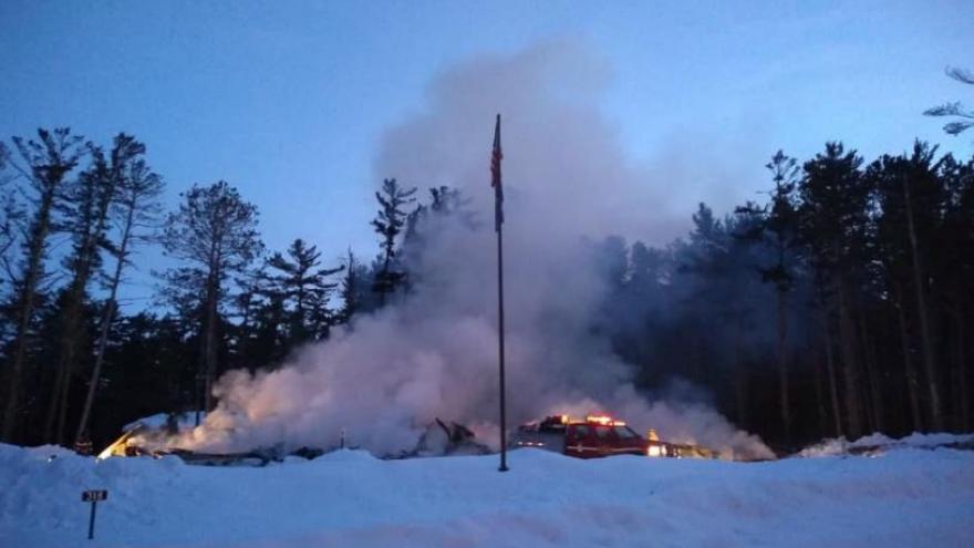 Bomberos pierden todo luego de que se incendie su cuartel