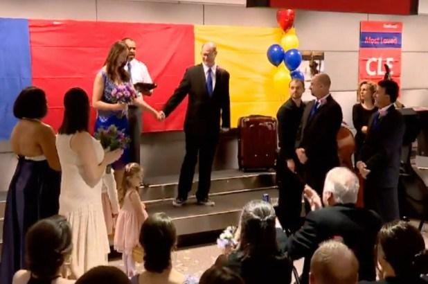 Se casan en el mostrador de retiro de equipaje del aeropuerto donde se conocieron