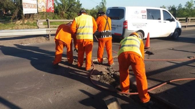 Trabajan en la Ruta 11 a la altura del puente sobre el Arroyo El Rey