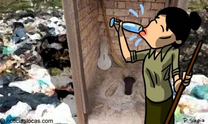 Bebe agua del inodoro para demostrar cuan limpio está