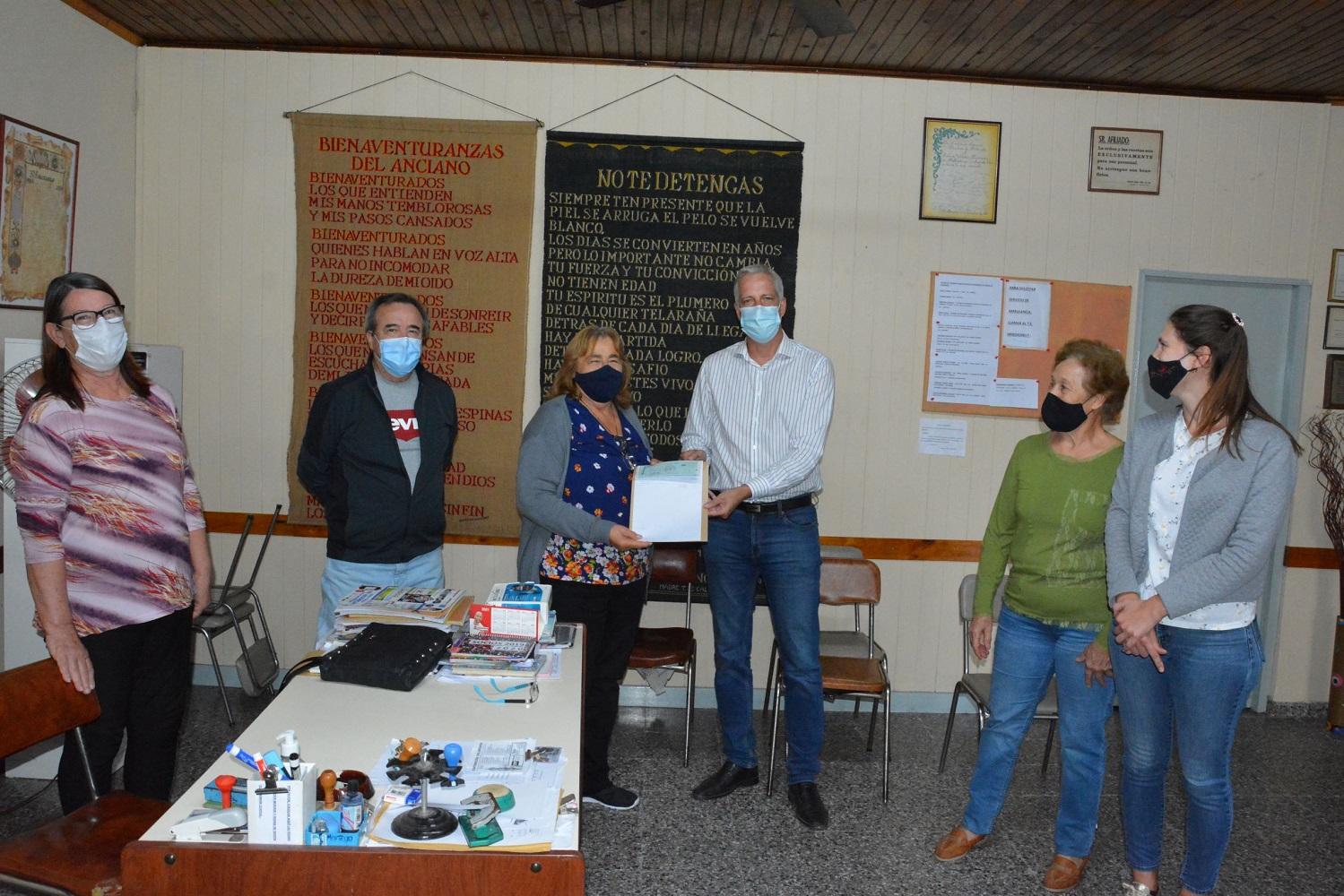 La comisión directiva del Centro de Jubilados y Pensionados recibió un aporte en agradecimiento por haber cedido sus instalaciones en el inicio de la emergencia sanitaria