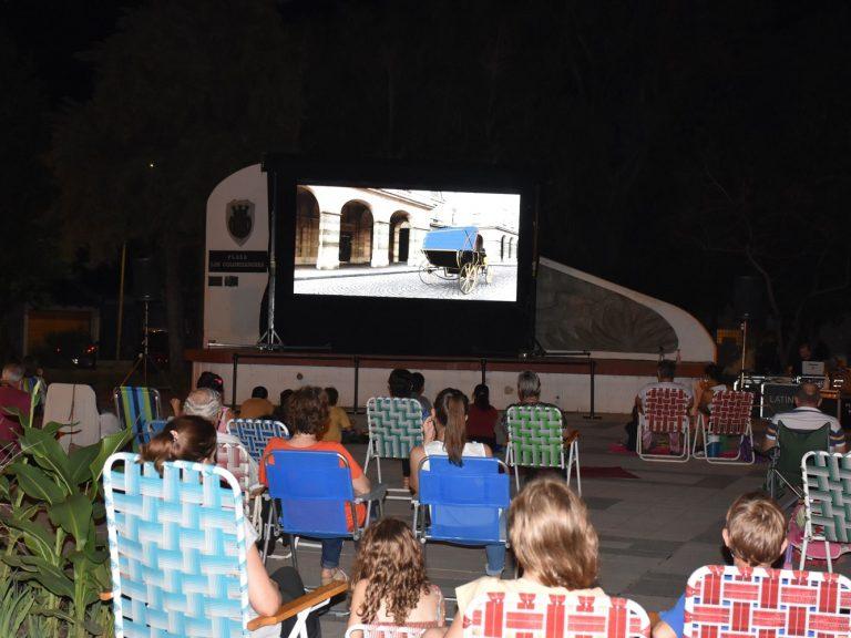 Mes de la Mujer: tuvo lugar la primer función de cine al aire libre