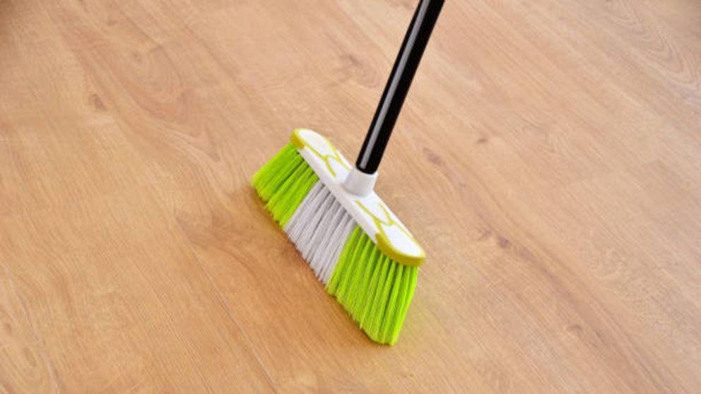 El truco (infalible) para limpiar la suciedad que la escoba jamás logra barrer