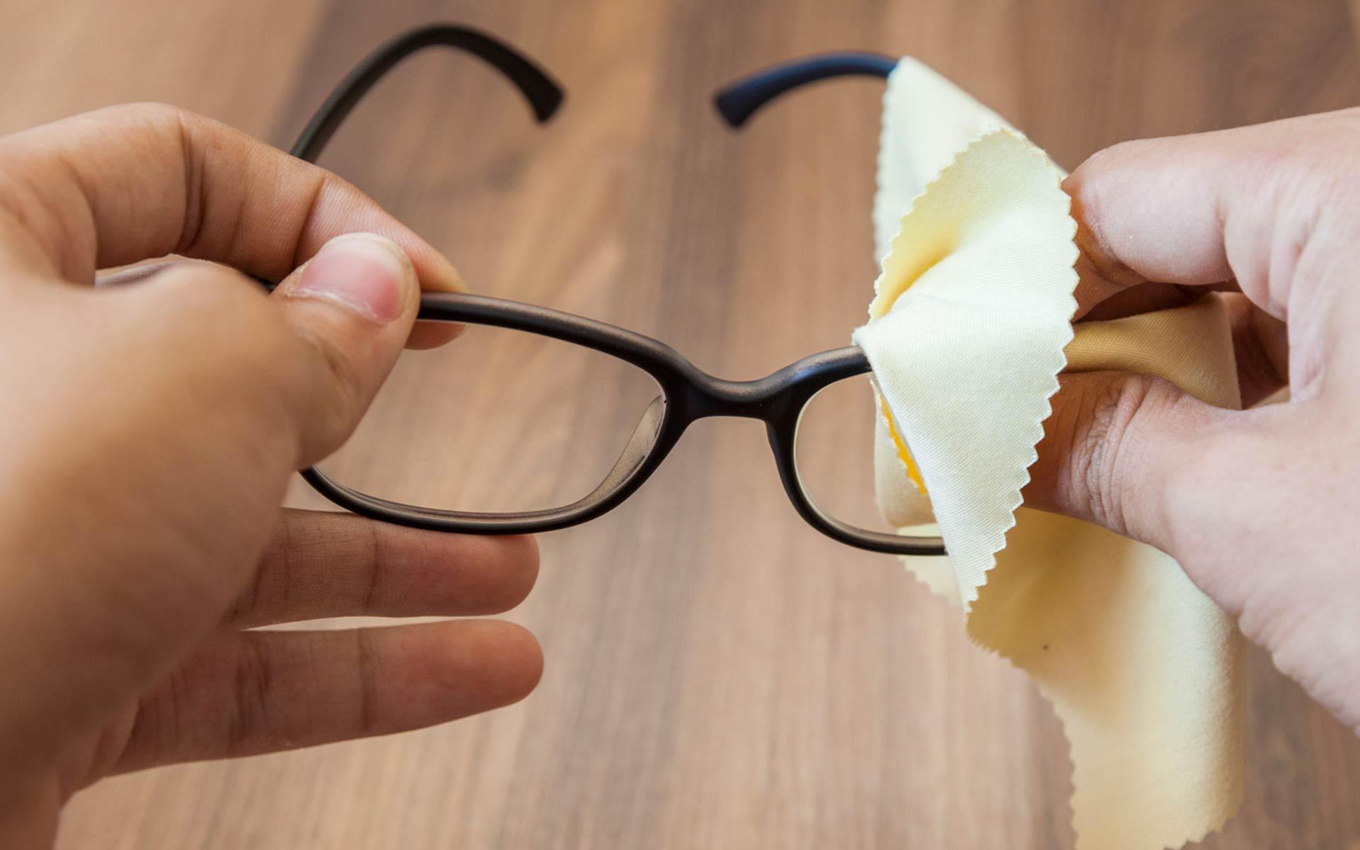 ¿Cuál es la manera correcta de limpiar tus anteojos?