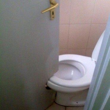 Quedó grande la puerta o el inodoro.